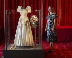 Norman Hartnell, Royal Wedding Gowns, Royal Weddings, Elizabeth Ii, Corsage, Wedding Dress Display, Princess Beatrice Wedding, Princesa Beatrice, Satin Duchesse