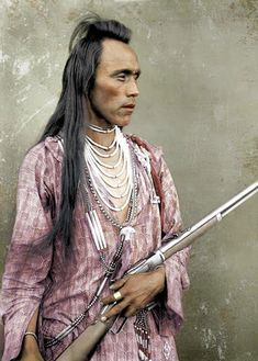 A French artist Frederic Duriez has color-enhanced some Native American portraits. Some of these photos are up to 120 years old and the color enhancement has certainly added life to the old portraits. Native American Pictures, Native American History, Native American Indians, Native American Jewelry, Old Portraits, Cowboys And Indians, Pose For The Camera, Native Indian, Indian Tribes