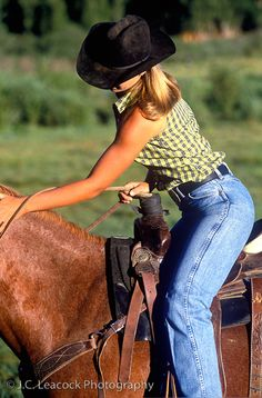 I know this is incredibly dorky but I like something about her real muscles and blue jeans. Cowgirl Jeans, Sexy Cowgirl, Cowgirl And Horse, Cowgirl Outfits, Cowboy And Cowgirl, Cowgirl Style, Hot Country Girls, Country Girl Style, Country Women