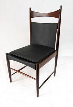 Cadeira Cantú, criada em 1958. Estruturada em madeira de lei maciça torneada, a peça tem assento e encosto de couro natural. O móvel desenhado por Sergio Rodrigues foi classificado em terceiro lugar no IV Concorso Internazionale del Mobile, na Itália, na década de 1960
