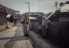 We zijn vegetariër maar belanden desondanks op een jagersfeest. En onze ontsnapping? Een grafsteen voor tante Annie kopen. Uit: De dames in Bosnië.