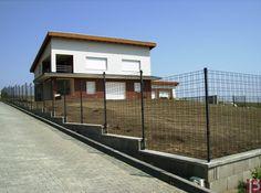 Ogrodzenie domu wykonane z paneli ogrodzeniowych Zenturo