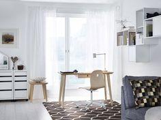 Werkplek van Ikea met LISABO bureau in combinatie met de VÅGSBERG / SPORREN bureaustoel. Handig; de wielen remmen automatisch als de stoel niet wordt gebruikt. Is de batterij van je smartphone bijna leeg? Opladen gaat draadloos dankzij de handige RIGGAD bureaulamp.