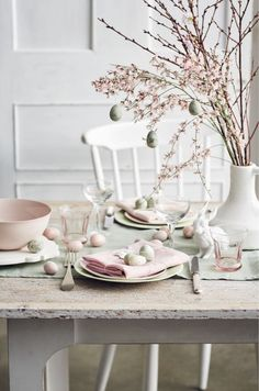 7 Inspiring table setups for a dreamy Easter (Daily Dream Decor) Easter Table Settings, Easter Table Decorations, Easter Decor, Easter Ideas, Easter Centerpiece, Deco Rose, Ard Buffet, Diy Ostern, Beautiful Table Settings