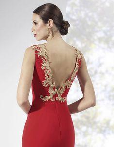 956d552c4 Vestidos de fiesta largos de crep color rojo con apliques dorados en los  hombros.