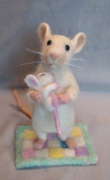 Needle felted white rat/mouse with baby by Laurie ValkoNeedle felted white mouse with baby, just learned about the whiskers! This mouse has wonderful ears. And sweet quilt.Very sweetly sweetHomemade Natural Repellent for Mice & Rats Needle Felted Animals, Felt Animals, Maus Illustration, Felt Mouse, Baby Mouse, Needle Felting Tutorials, Cute Mouse, Little Critter, Felt Hearts