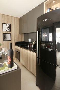 Cozinha com armários fendi e em tom amadeirado por Fernanda Marques