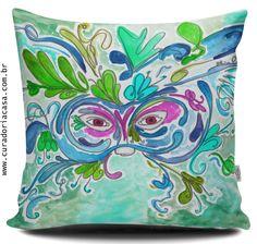 Máscara em tons de azul piscina, Coleção Fantasy. Baseada na obra em aquarela de Aline Pascholati. O objetivo da artista é mostrar o lado mágico da vida, a partir de personagens enigmáticos e imagens bem coloridas.