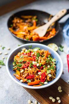 Easy Vegan Pad Thai (Gluten-free) | Earth of Maria Quick Vegan Meals, Easy Vegan Dinner, Vegan Dinner Recipes, Vegan Dinners, Veggie Recipes, Vegetarian Recipes, Easy Meals, Healthy Recipes, Vegetarian Egg Rolls