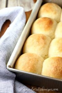 Everyone needs one really good, really easy dinner roll recipe in their repertoire, and these Fluffy No-Knead Dinner Rolls are it! Homemade Dinner Rolls, Dinner Rolls Recipe, Roll Recipe, Homemade Breads, Dough Recipe, Tasty Bread Recipe, Bread Recipes, Cooking Recipes, Yummy Recipes