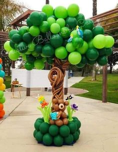 Balloon tree with bear Balloon Tree, Balloon Crafts, Balloon Flowers, Balloon Decorations Party, Balloon Garland, Birthday Decorations, Balloon Ideas, Jungle Theme Birthday, 1st Birthday Parties