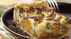 Craving some cake, but still hungry for pie? This fruity dessert combines the best of both worlds, with apple-pie goodness blended into a moist sheet cake. Apple Desserts, Delicious Desserts, German Desserts, Peach Upside Down Cake, Apple Pie Cake, Cake Mix Ingredients, Yellow Cake Mixes, Cake Cover, Round Cake Pans