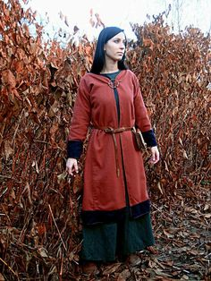 Flattering Viking caftan design from a polish reenactor (Early Medieval Scandinavian coat for woman)