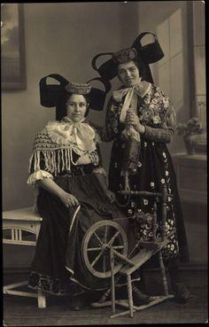 Foto Ak Ansicht von zwei Frauen in badischen Trachten, Spinnrad, Spinnen