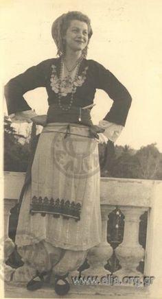 Παραδοσιακοί χοροί στην Αμερικανική Πρεσβεία. ΤόποςΑθήνα Χρονολογία1949 Αρχείο/ΣυλλογήΚΑΤΣΕΛΗΣ, ΠΕΛΟΣ και ΚΑΤΣΕΛΗ, ΑΛΕΚΑ ΠεριγραφήΑλέκα Κατσέλη. ΔημιουργόςΜπίρης, Ιωάννης (Ελληνικά Φωτογραφικά Επίκαιρα)