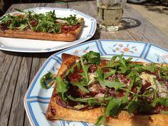 #Lunch! #Bladerdeegtaartjes met #vijgenjam, #rodeui, #roquefort, #Proscutto crudo, #parmezaanse kaas en #rucola na het bakken... Glas #tourainewijn erbij.... Bon appetit!