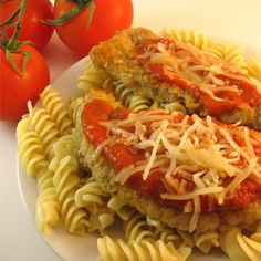 Your family will enjoy a tasty dish of chicken Parmesan in just a few minutes, thanks to a simplified cooking technique and pre-made pasta sauce. Parmesan Soup, Chicken Parmesan Recipes, Chicken Parmesean, Chicken Parmigiana, Recipe Chicken, Mozzarella Chicken, Chicken Pasta, Chicken Meals, Frozen Chicken