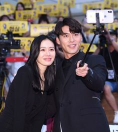 Son Ye-jin (left) and Hyun Bin take a selfie at a showcase for their new film, 'The Negotiation', in Seoul on Monday. Korean Actresses, Korean Actors, Actors & Actresses, Drama Korea, Korean Drama, Lee Minh Ho, Choi Jin Hyuk, Best Duos, Walking In The Rain