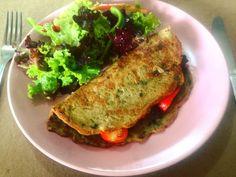 Sunday feelings: omelete de grão de bico com recheio de shitake espinafre uva passa e tomatinhos super salada e suco de caju.