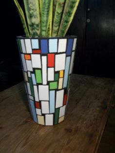 mosaiquismo macetas - Google Search Mosaic Planters, Mosaic Vase, Mosaic Flower Pots, Clay Flower Pots, Mosaic Garden, Mosaic Crafts, Mosaic Projects, Clay Pot Crafts, Diy And Crafts