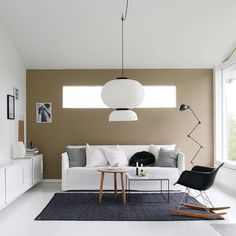 Móveis de madeira foram combinados a elementos metálicos e tons neutros para criar uma decoração aconchegante e sem excessos neste living.
