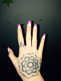 TAttoo finger tattoo bow pink nails