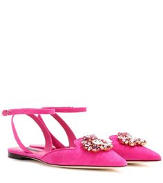 Dolce & Gabbana - Ballerinas Bellucci aus Veloursleder - Die Bellucci Ballerinas von Dolce & Gabbana überzeugen mit einem filigranen Riemen, einer spitz zulaufenden Zehenkappe und pinkfarbenem Veloursleder. Das Design huldigt der verführerischen Aura von Monica Bellucci. Eine funkelnde Blütenverzierung aus facettierten Kristallen im Brillant- und Tropfenschliff sorgt für ein luxuriöses Finish. seen @ www.mytheresa.com