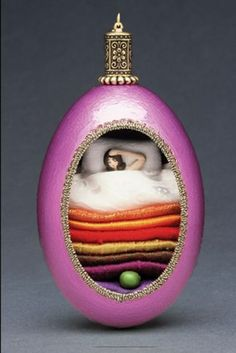 Idea for future sugar egg. The Real Princess-These egg dioramas make great gifts. Part of the Storybook Collection. Easter Egg Crafts, Easter Eggs, Princess And The Pea, Real Princess, Fairy Tale Crafts, Fantasy Craft, Shell Ornaments, Faberge Eggs, Egg Art