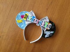 "Ok, I love the vintage Disney sign ""Vintage Disneyland Inspired Minnie Mouse Ears by teilormade"" Deco Disney, Walt Disney, Disney Pins, Disney Stuff, Disney Ideas, Diy Disney Ears, Disney Minnie Mouse Ears, Diy Mickey Mouse Ears, Micky Ears"
