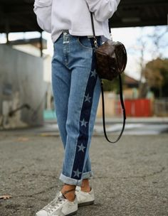 Choosing The Right Jeans For Your Body! Refaçonner Jean, Jeans Trend, Denim Fashion, Fashion Outfits, Jeans Refashion, Painted Jeans, Denim Ideas, Old Jeans, Clothing Hacks