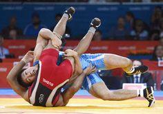 男子フリー66キロ級決勝 インドのクマール(手前)からポイントを奪う米満達弘=エクセル(共同)