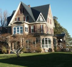The Gables (Victorian Mansion Bed & Breakfast) in Reedville, Virginia (on the Chesapeake Bay) Beautiful home and a favorite on the Christmas tour. Victorian Bed, Victorian Photos, Victorian Houses, Cozy Inn, Lets Run Away, Places In America, Water House, Virginia Homes, Cottage Plan