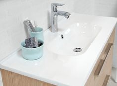 The oval Kanate washbasin has a soft inner curve contrasting with the stringent design of the table top, providing a modern yet classic look.