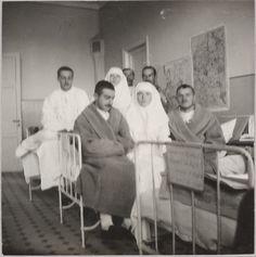 Grã-duquesas Tatiana Nikolaevna e Olga Nikolaevna com soldados feridos na enfermaria do Hospital em Tsaskoye Selo durante a Primeira Guerra Mundial em 1914.