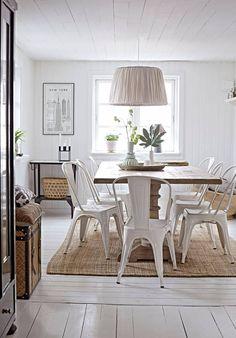 Matbordet är nytt i gammal stil med fin patina, Ilva. Lamporna kommer från parets favoritdesigner, Tine K. Stålstolar i klassisk design, Tolix. Tips! Använd allt du köper. Varför kosta på sig vackert porslin och låta det stå undangömt i ett vitrinskåp? /Prydnadskuddar i olika mönster och material ger ett vackert och personligt intryck |