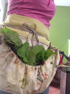 Garden Harvesting Apron Tutorial- just needs a different tie Sewing Hacks, Sewing Tutorials, Sewing Crafts, Sewing Projects, Sewing Patterns, Apron Patterns, Dress Patterns, Sewing Ideas, Sewing Diy