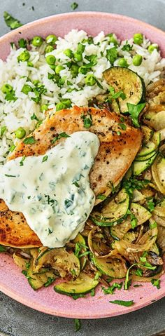 Step by Step Rezept: Zarte Hähnchenbrust auf Zucchinigemüse, dazu Basmatireis mit Kaiserschoten und Petersilienjoghurt. Geflügel / Gesund / 40 Minuten / Leicht / Kochen #hellofreshde #gesund #diy #rezept #kochen