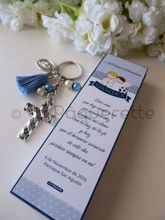 Baptism and First Communion favors - Favor card with religious key-ring First Communion Cards, Boys First Communion, First Communion Favors, Baptism Favors, Catholic Baptism Gifts, Arc Notebook, Silhouette Cameo Tutorials, Baby Dedication, Christian Crafts