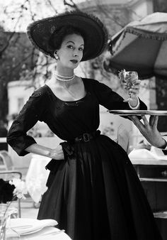195 years, Barbara Goalen dressed in Hardy Amies dress skirts, by renowned fashion photographer John French film Dior Vintage, Lingerie Vintage, Vintage Mode, Vintage Black, 1950s Style, Retro Style, Vintage Outfits, Vintage Dresses, 1950s Dresses