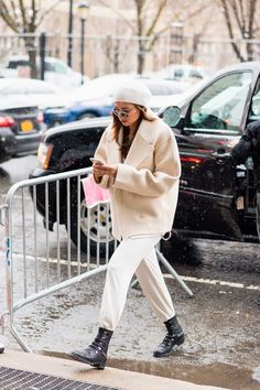 The best street style from New York Fashion Week From neon to cowboy boots, faux fur to animal print, NYFW street style was. Street Style 2018, New York Fashion Week Street Style, Nyfw Street Style, Autumn Street Style, Cool Street Fashion, Autumn Winter Fashion, Autumn Fashion, Women's Fashion, Fashion Outfits