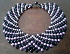 Maxi colar entrelaçado de pérolas de vidro pretas e lilás. Colar estilo gola totalmente exclusivo!!