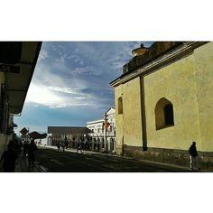@juanmikophoto Siguiendo los pasos de mi amigo Andrés Dorado retratando el cotidiano de mi bella Popayán. . Amo esos contrastes de colores! Aunque llueva el cielo de alguna forma sonríe! . #popayan #monasterio #sky #sanfrancisco #laiguanabar #contrast #color #church #social #city #people #shadows
