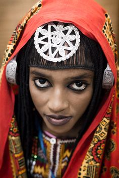 north-africa Libyan girl with large silver temporal 'ear'rings and a salha amulet on her forehead. We Are The World, People Around The World, Fashion Pattern, Tribal People, Beauty Around The World, Exotic Beauties, Photographs Of People, Tribal Fashion, African Women