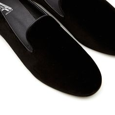 Axel Arigato Black Velvet Slipper   footbed for extra comfort. Black leather trim and upper material in velvet. Dust bag included. Fits true to size.
