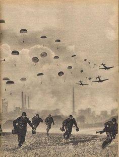 Rotterdam - Vliegveld Waalhaven, 1940. Terwijl de stad een klein stukje verderop wordt platgebombardeerd, landen grote groepen duitse militairen in nabijheid en op vliegveld Waalhaven.