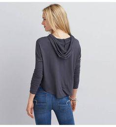【AEOグラフィックフーディーTシャツ】フードを付けた薄手ロングスリーブTシャツ。なめらかな肌触りのソ…