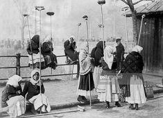 Chivute - probabil Podul rahovei , langa Palatul de Justitie - 1930 Bucharest Romania, Old Photos, Tourism, Black And White, Dan, Memories, Shopping, Romania, Old Pictures