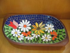 Risultati immagini per bandeja em mosaico Mosaic Tray, Mosaic Tiles, Mosaic Crafts, Mosaic Projects, Pebble Painting, Pebble Art, Mosaic Furniture, Mosaic Rocks, Stained Glass Paint