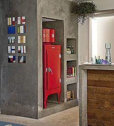 A geladeira vintage fica em um dos nichos sob a escada (Foto: Luís Gomes/ Editora Globo)