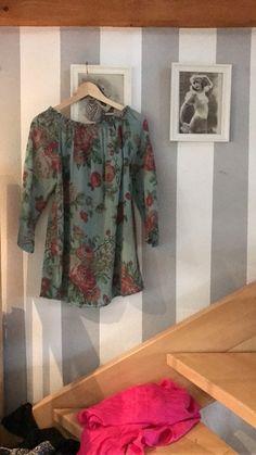 Biete diese auf einem Vintagemarkt erstandene Bluse aus einer seidenbaumwollmischung an. Sie hat Größe L. Passt aber auch ...